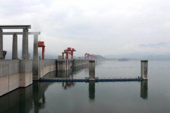 Photo d'un barrage hydro-électrique par mauvais temps