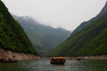 Bateau flottant dans une rivière coulant dans une vallée