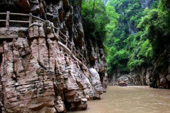 Photo de paysage, bateau dans une vallée où coule une rivière 2
