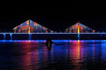 Pont illuminé dans la nuit 2