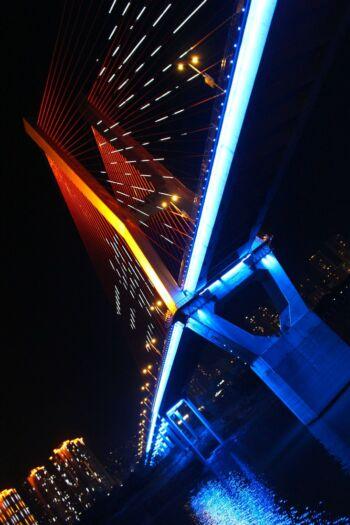 Pont illuminé dans la nuit, plan de travers
