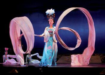 Femme durant un spectacle asiatique portant une tenue colorée
