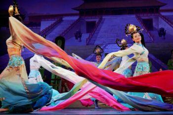 Femmes durant un spectacle asiatique portant des tenues colorées