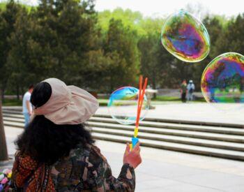 Femme faisant des bulles multicolores
