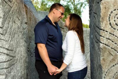 Couple se faisant face entre deux rochers