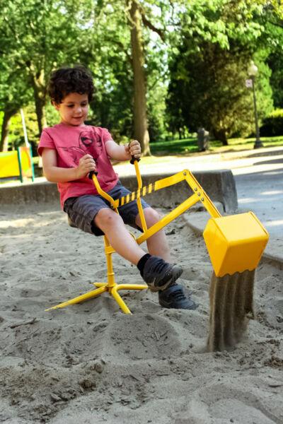 Jeune garçon jouant avec une pelle mécanique dans un bac à sable 2