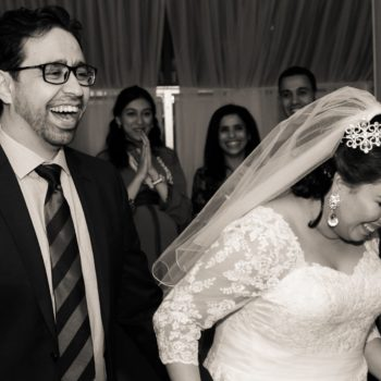 Jeunes mariés souriant