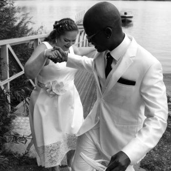 Photo noir et blanc. Jeunes mariés ave l'homme aidant sa femme à descendre d'un ponton